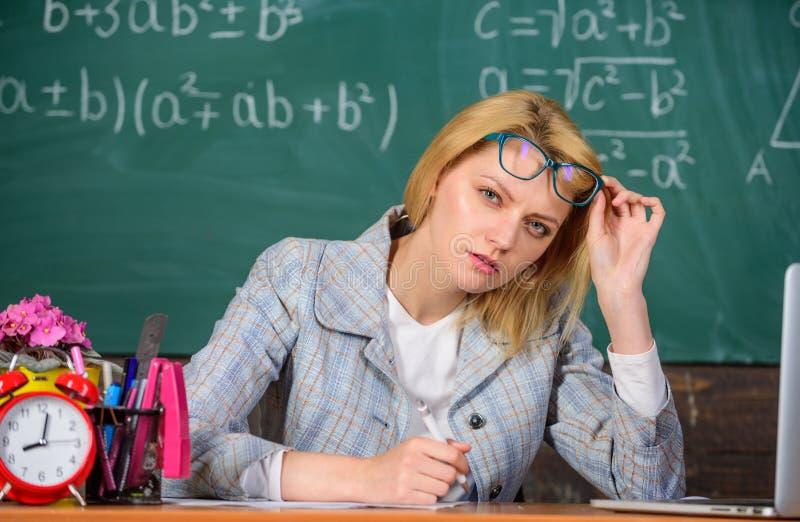 Profesor que mira a escondidas sospechoso de las lentes Ella tiene dudas en su informe o conocimiento La mujer del profesor sient imágenes de archivo libres de regalías