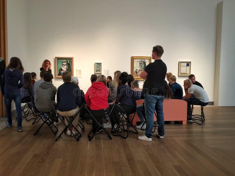 Profesor que tiene lección del arte en museet del moderna en Estocolmo imagen de archivo libre de regalías