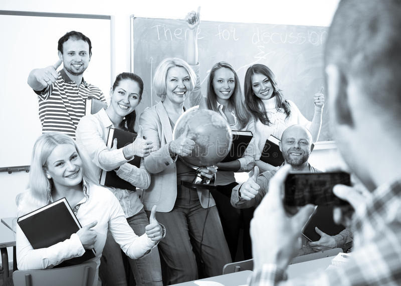 Profesor que toma una foto de estudiantes fotos de archivo