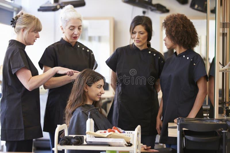 Profesor Training Mature Students en peluquería imágenes de archivo libres de regalías