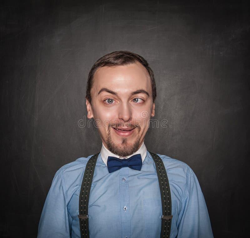 Profesor u hombre de negocios loco divertido en la pizarra foto de archivo libre de regalías