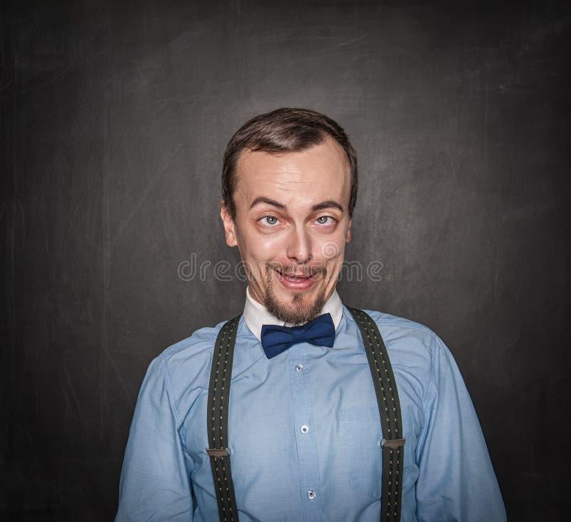 Profesor u hombre de negocios loco divertido en la pizarra fotos de archivo