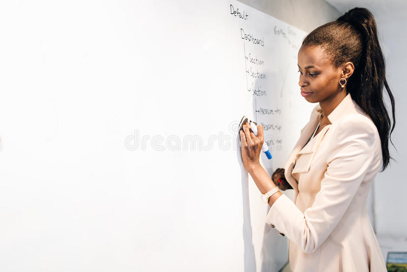 Profesor Writing On Whiteboard imagenes de archivo