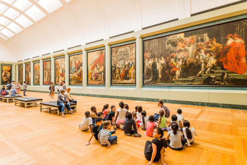 Profesor y estudiantes en el Louvre imagen de archivo libre de regalías