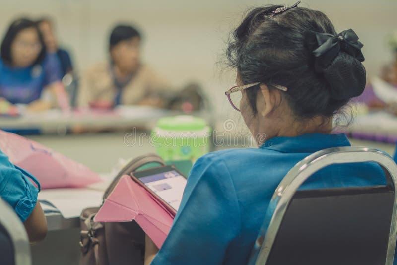 Profesores de sexo femenino que se encuentran para la enseñanza del plan imagenes de archivo