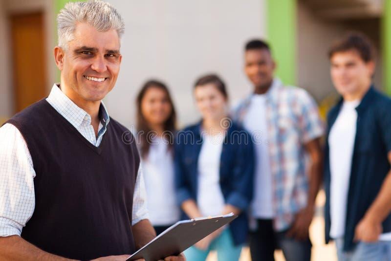 Professeur âgé par milieu image stock