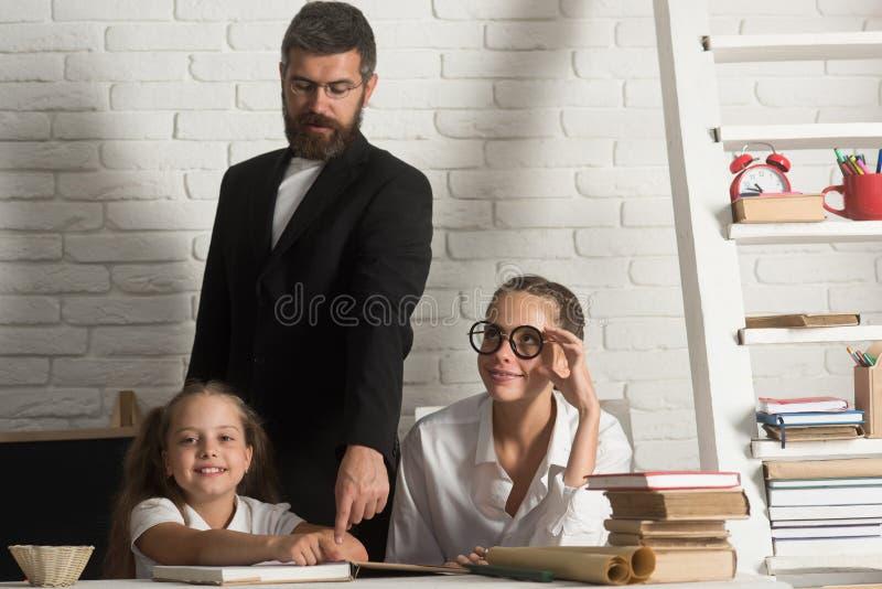 Professeur étudiant des livres d'école dans la classe avec des enfants d'école primaire photographie stock libre de droits