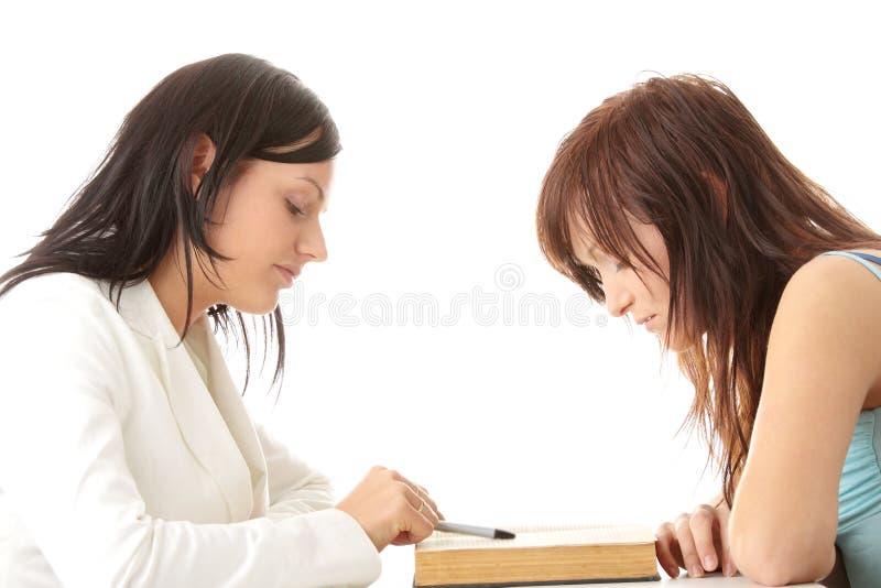 Professeur aidant l'étudiant de l'adolescence photo libre de droits