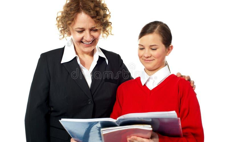 Professeur aidant l'étudiant de l'adolescence un sur un photos libres de droits
