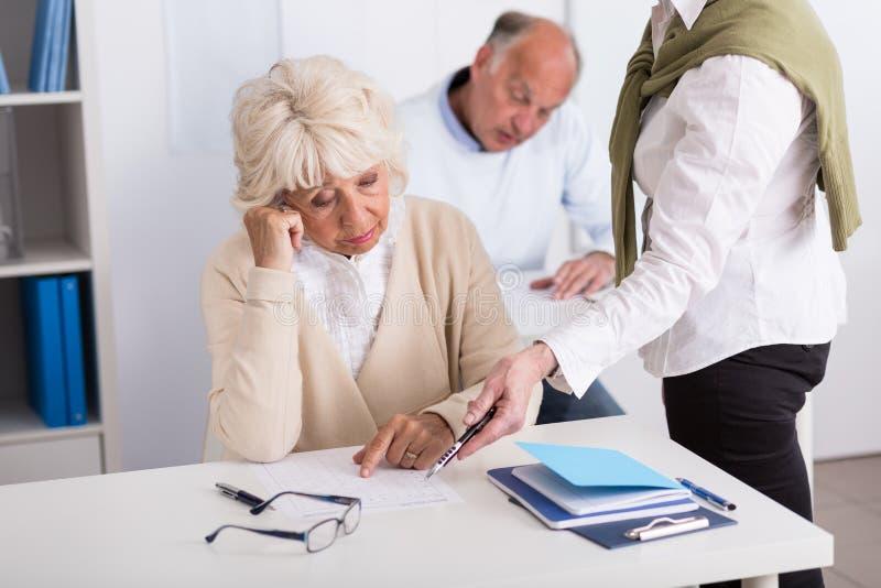 Professeur aidant la femelle âgée inquiétée photographie stock