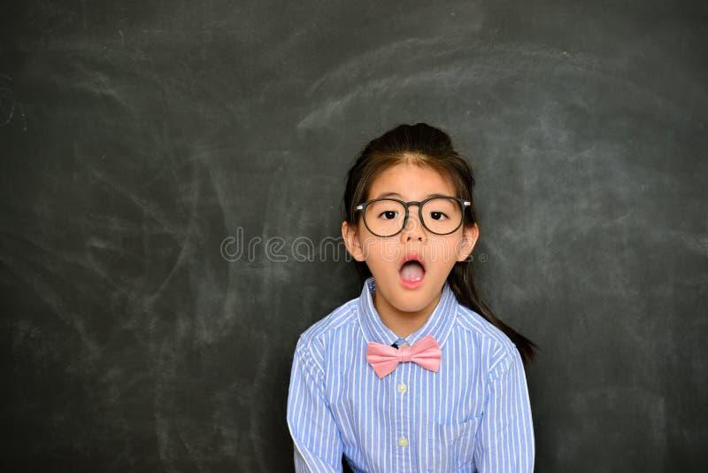 Professeur assez petit choqué regardant l'appareil-photo photos libres de droits