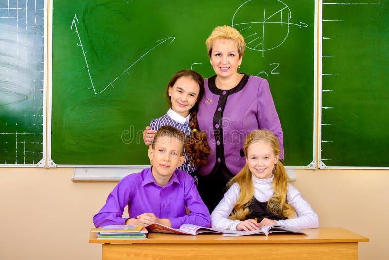Professeur avec des étudiants images stock