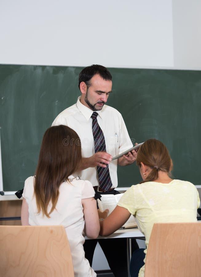 Professeur avec des étudiants dans l'amphithéâtre photo stock