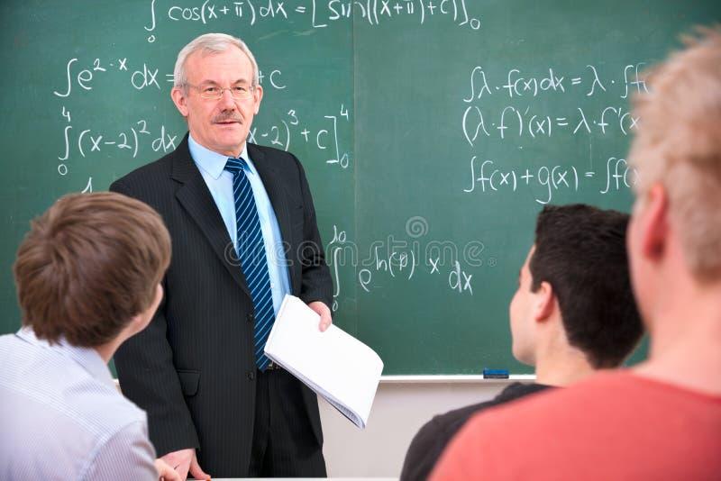 Professeur avec des étudiants dans la salle de classe images stock