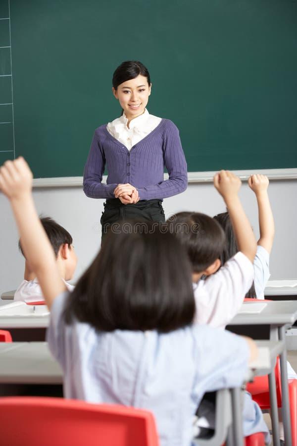 Professeur avec des étudiants dans la salle de classe chinoise d'école images libres de droits