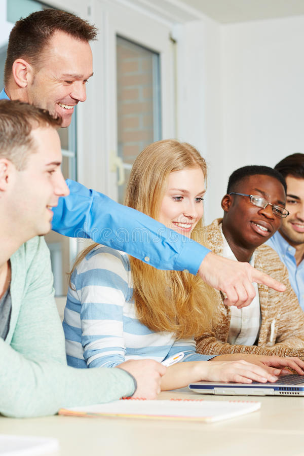 Professeur avec des étudiants dans la classe photos libres de droits
