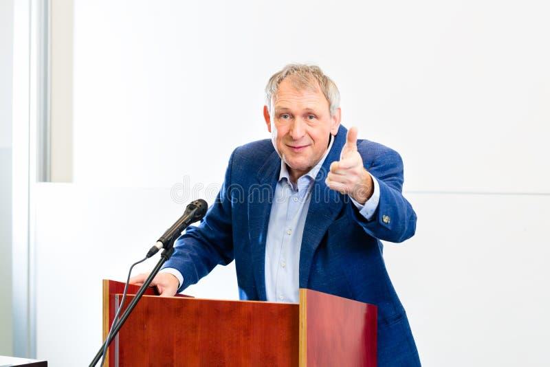 Professeur d'université donnant la conférence photo libre de droits