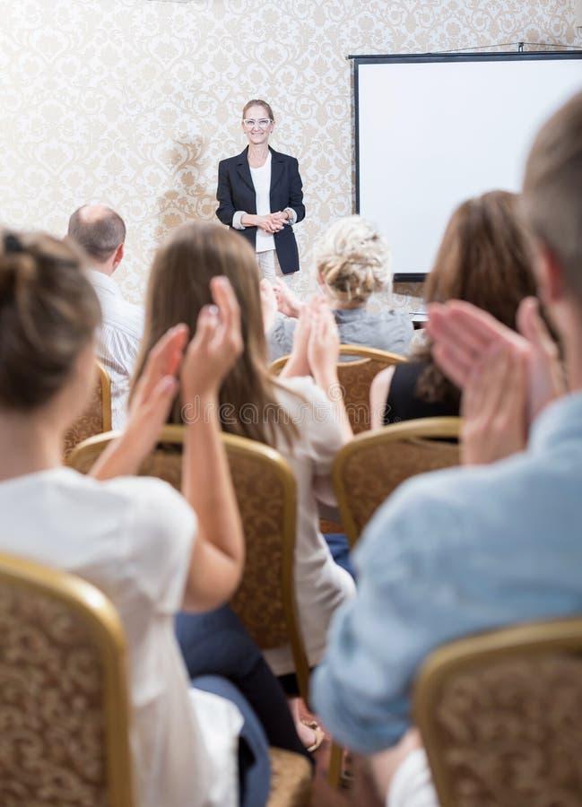 Professeur de applaudissement d'assistance après conférence photographie stock libre de droits