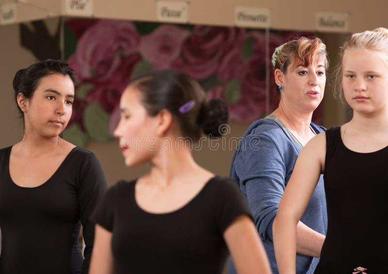 Professeur de ballet avec des étudiants photos libres de droits