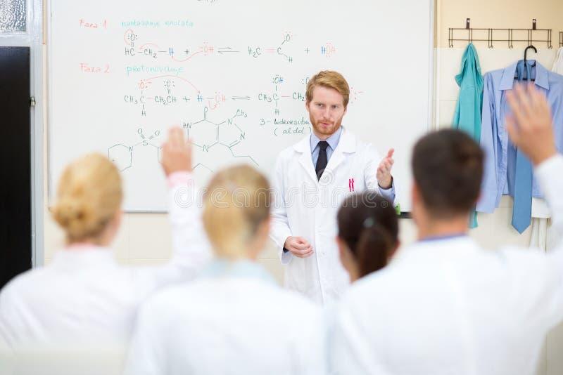 Professeur de chimie apprenant des étudiants photographie stock