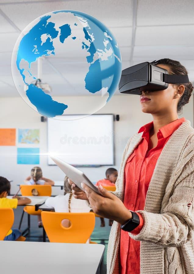 Professeur de femme utilisant le casque de réalité virtuelle de VR avec l'interface du monde image stock