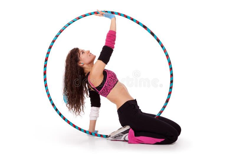 Professeur de forme physique posant dans le cercle de hula photographie stock libre de droits