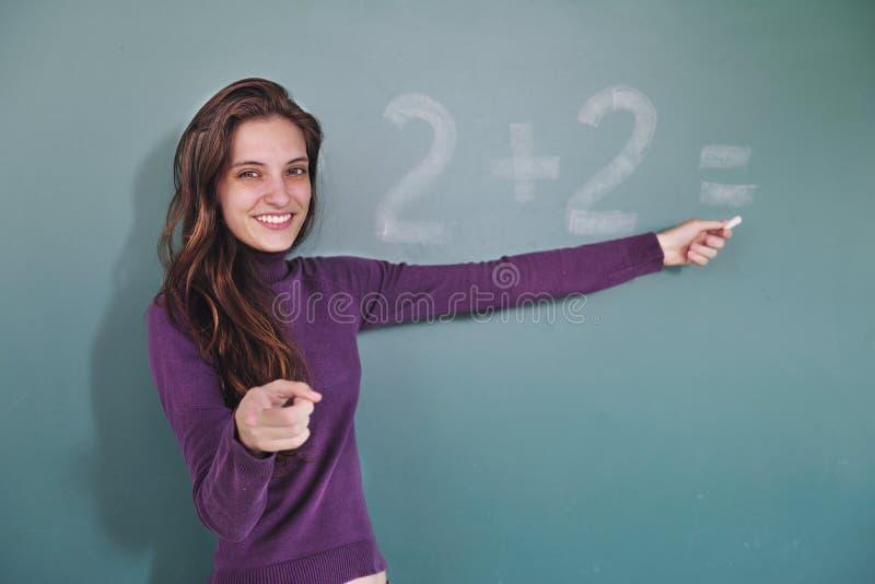 Professeur de maths devant le tableau noir photographie stock