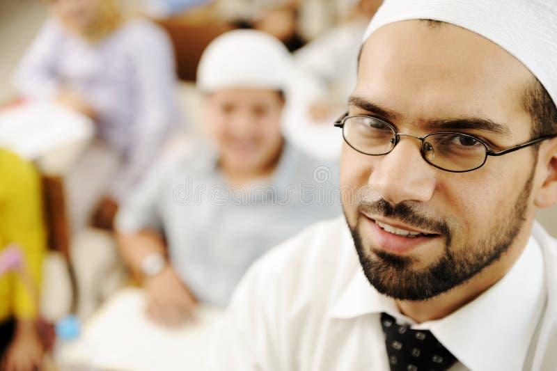 Professeur de Moyen-Orient dans la salle de classe d'école photos libres de droits