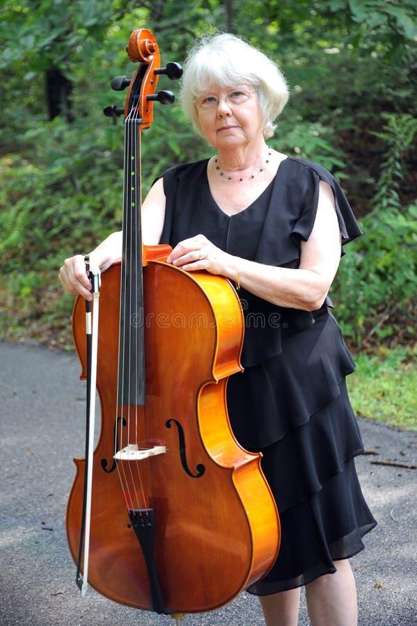 Professeur de musique de violoncelle. photo stock