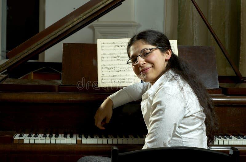 Professeur de piano de sourire photographie stock libre de droits