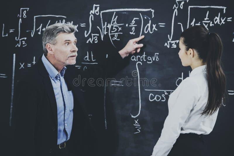 Professeur de principale conférence de chimie à l'université images stock