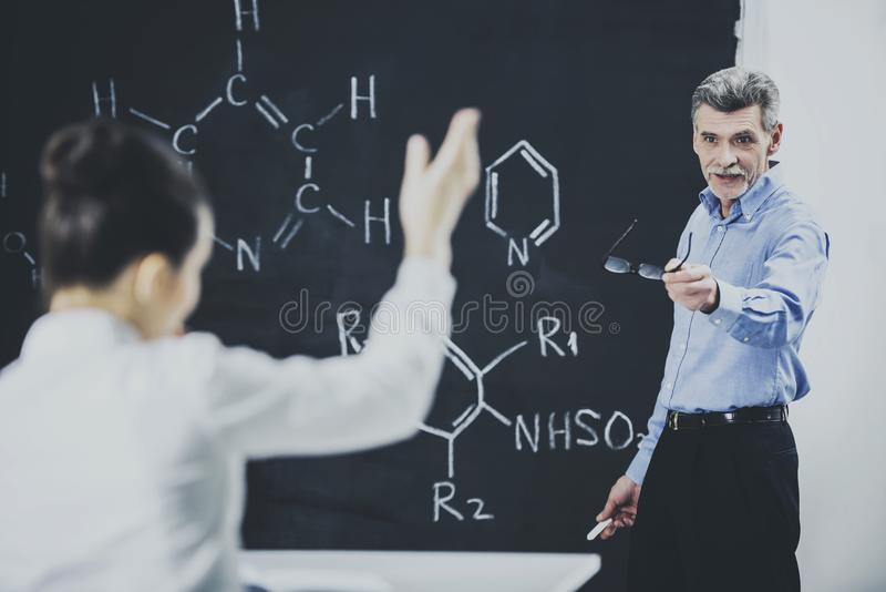 Professeur de principale conférence de chimie à l'université images libres de droits
