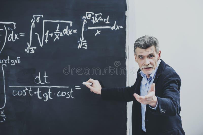 Professeur de principale conférence de chimie à l'université photos libres de droits