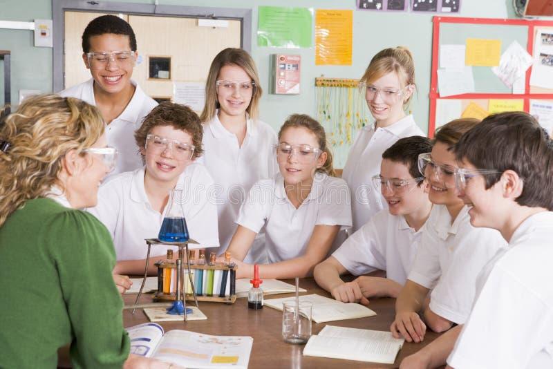 professeur de Sciences d'écoliers de classe image stock
