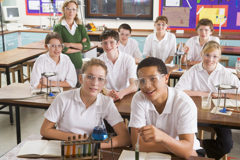 professeur de Sciences d'écoliers de classe images libres de droits