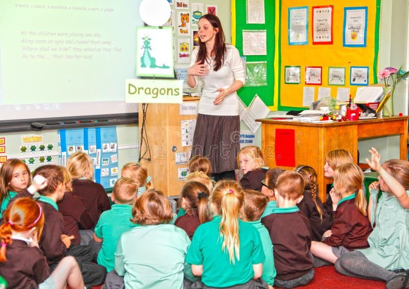 Professeur enseignant les écoliers primaires photos stock