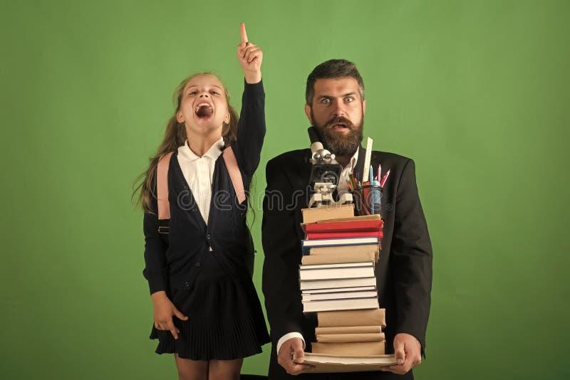 Professeur et écolière avec les visages effrayés et enthousiastes image stock