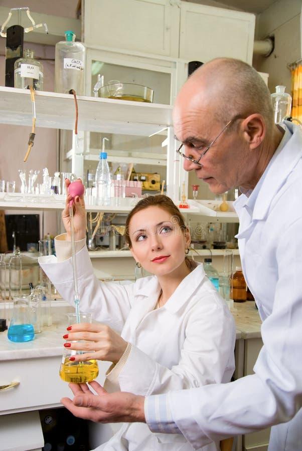 Professeur et son aide dans le laboratoire images stock