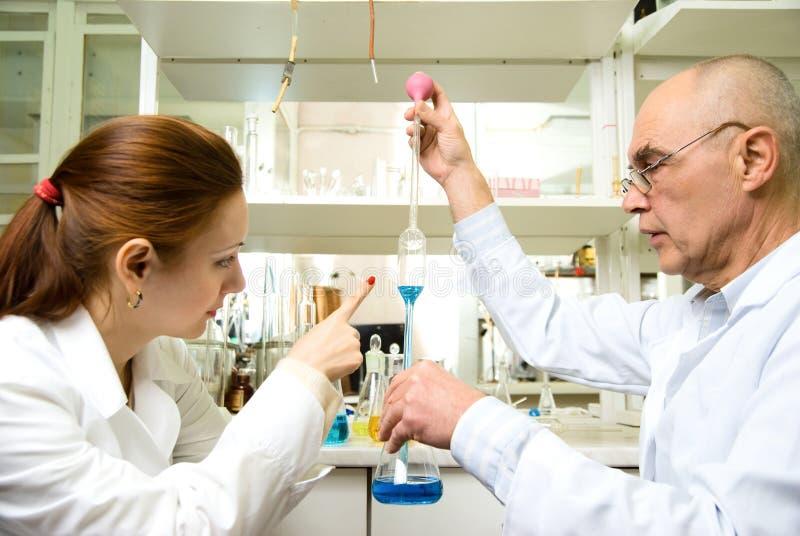 Professeur et son aide dans le laboratoire photos libres de droits