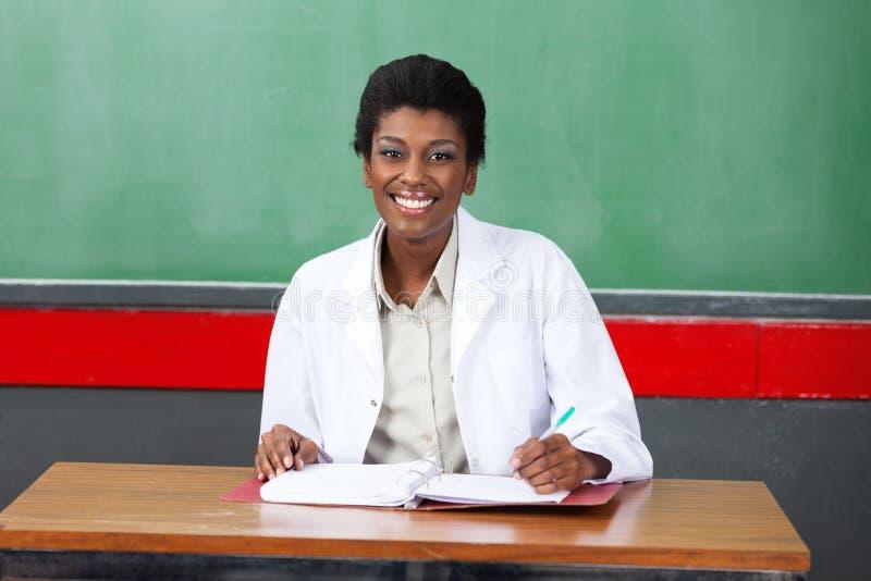 Professeur féminin heureux photo libre de droits