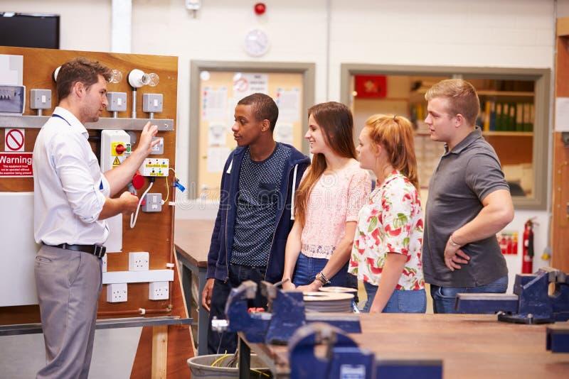 Professeur Helping Students Training à être électriciens images libres de droits