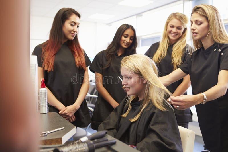 Professeur Helping Students Training à devenir coiffeurs photos libres de droits