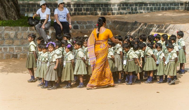 Professeur indien féminin avec des filles dans l'uniforme images libres de droits