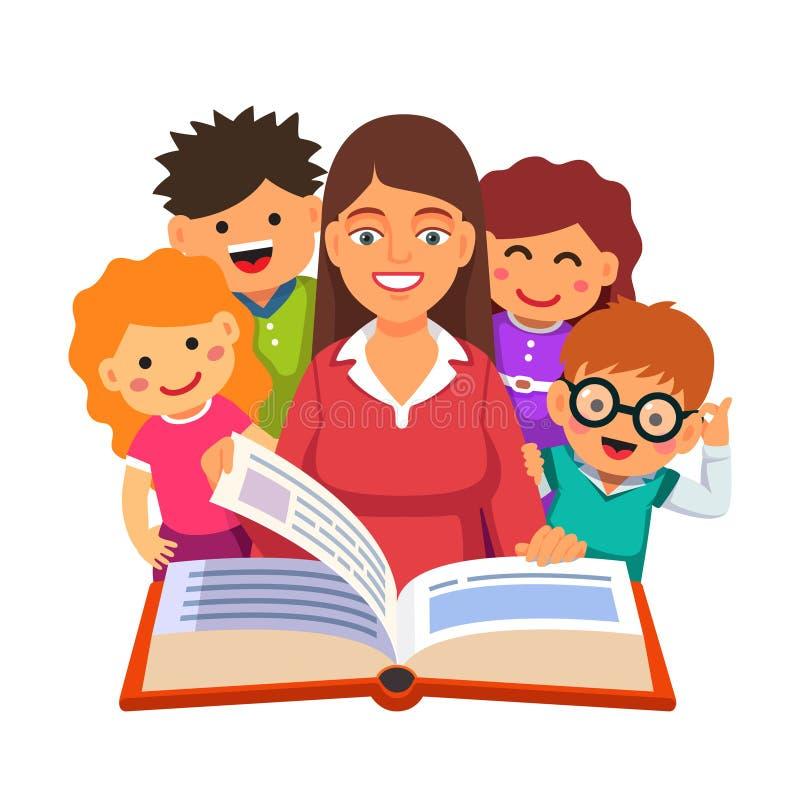 Professeur lisant le grand livre à de jeunes petits étudiants illustration libre de droits