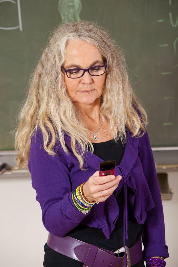 Professeur moderne avec le téléphone portable photos stock