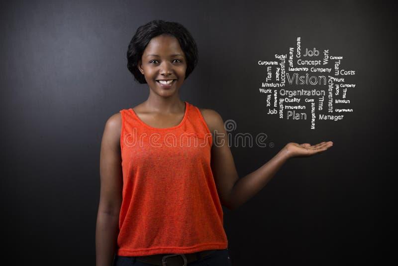 Professeur ou étudiant sud-africain ou d'Afro-américain de femme contre le diagramme de vision de tableau noir photo stock