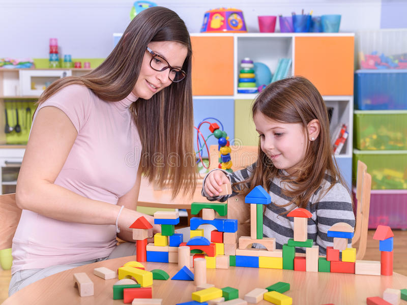 Professeur préscolaire Playing avec l'enfant photographie stock