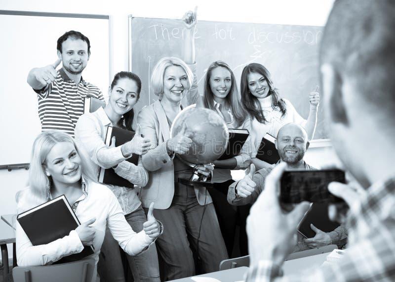 Professeur prenant une photo des étudiants photos stock