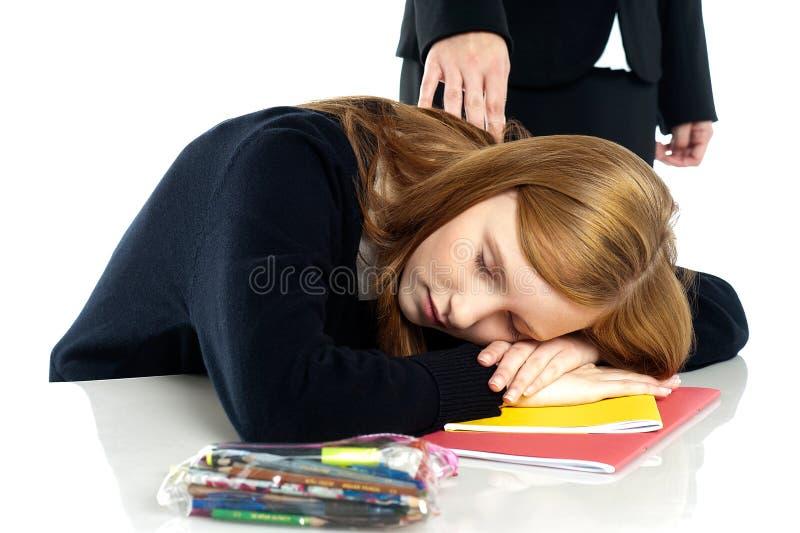 Professeur réveillant somnolé outre de l'étudiant photo libre de droits