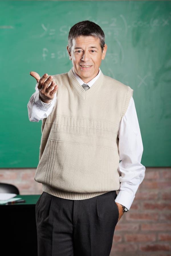 Professeur sûr Gesturing In Classroom photo stock